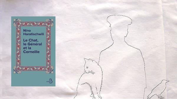 En arrière plan un général, un chat et une corneille, au premier plan, la couverture du livre de Nino Haratischwili, Le chat, le général et la corneille