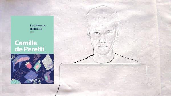 En arrière plan, un jeune homme et un ordinateur, au premier plan, la couverture du livre de Camille de Peretti, Les rêveurs définitifs