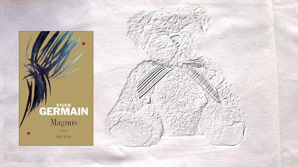 En arrière plan, un ours en peluche, au premier plan, la couverture du livre de Sylvie Germain, Magnus
