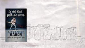 En arrière plan, les pierres de Stonehenge, au premier plan, la couverture du livre d'Alexandre Rabor, Le ciel était fait de verre