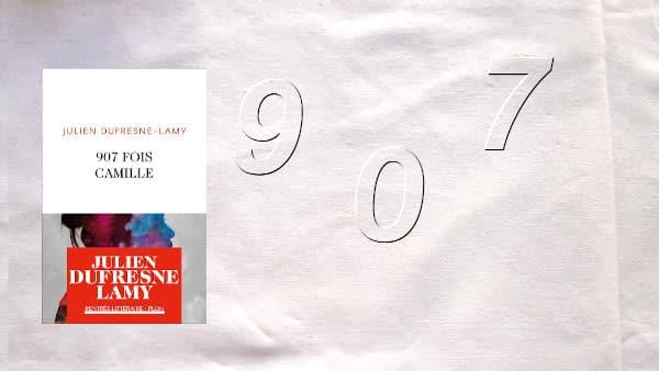 En arrière-plan, le chiffre 907, au premier plan, la couverture du livre de Julien Dufresne-Lamy, 907 fois Camille