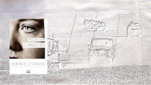 En arrière plan, véhicules des Forces armées françaises, au premier plan, couverture du livre d'Emilie Guillauminn L'embuscade