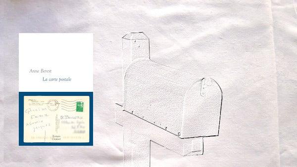 En arrière-plan, une boîte aux lettres, au premier plan, la couverture du livre d'Anne Berest, La carte postale