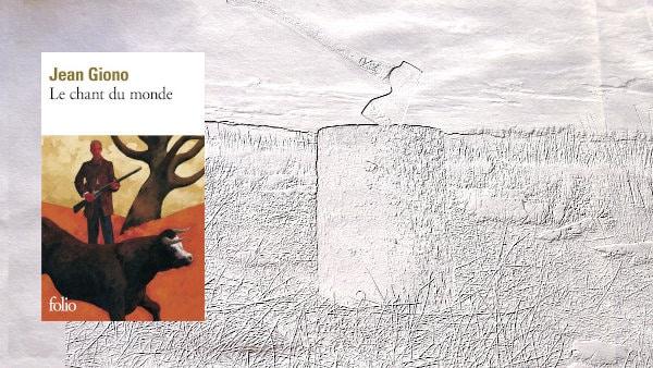 En arrière-plan, une hache plantée dans un billot, au premier plan, la couverture du livre de Jean-Giono, Le chant du monde