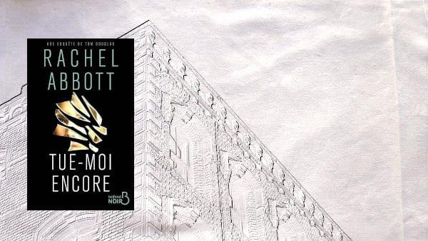 A l'arrière-plan, un bâtiment de Manchester, au premier plan, la couverture du livre de Rachel Abbott, Tue-moi encore