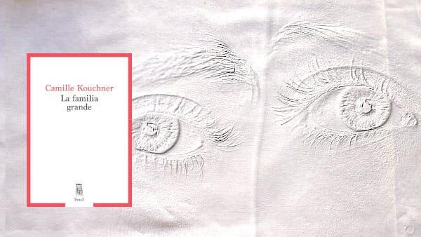 En arrière-plan, deux yeux, au premier plan la couverture du livre de Camille Kouchner, La Familia grande